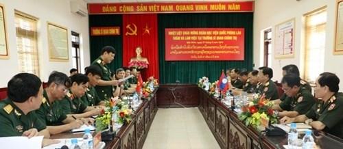 老挝凯山•丰威汉国防学院代表团访问政治军官学校 hinh anh 1