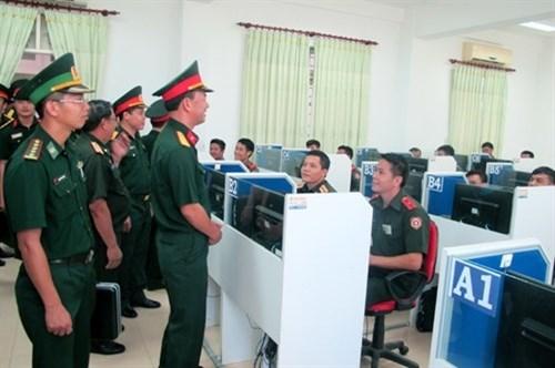 越南年轻军官代表团访问老挝凯山•丰威汉国防学院 hinh anh 2