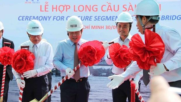 越南胡志明市:横跨西贡河的滨城-仙泉城铁一号线高架桥正式合龙 hinh anh 1