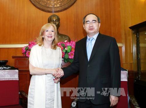 越南祖国阵线中央委员会主席阮善仁会见英国议会下议院副议长雷恩格 hinh anh 1