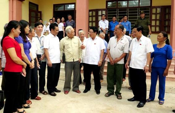 越南第十四届国会第二次会议前夕:党和国家领导接触全国各地选民 hinh anh 2