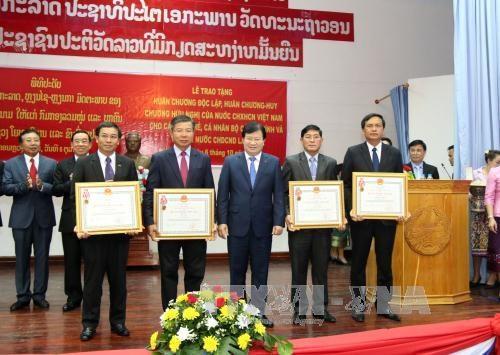 越南向老挝公共工程与运输部集体及个人授予独立和友谊勋章 hinh anh 1