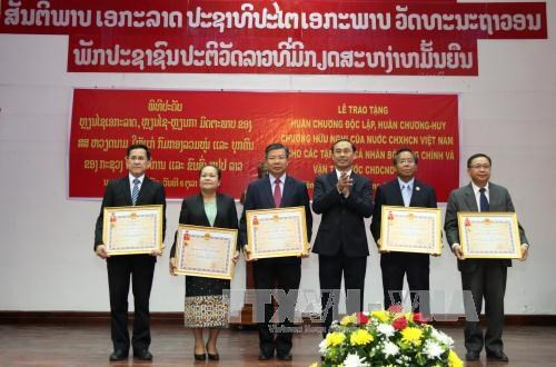 越南向老挝公共工程与运输部集体及个人授予独立和友谊勋章 hinh anh 2