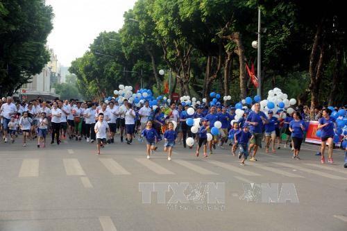 《新河内报》第43次和平跑步公开赛总决赛吸引1200人参加 hinh anh 1