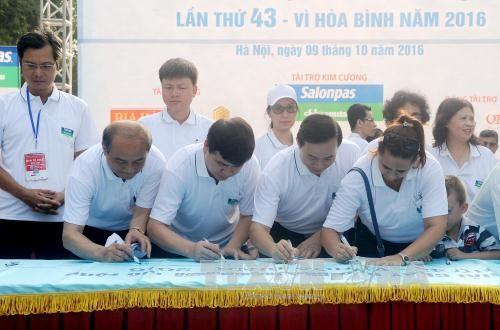 《新河内报》第43次和平跑步公开赛总决赛吸引1200人参加 hinh anh 2