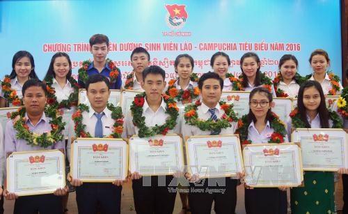 越南对112名老挝和柬埔寨优秀生予以表彰 hinh anh 1