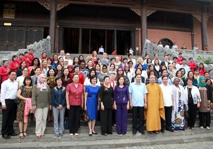 各国驻越女大使和国际组织驻越代表机构女首席代表访问宁平省 hinh anh 1
