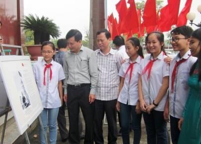 """""""黄沙和长沙群岛归属越南:历史证据和法律依据""""资料图片展在清化省举行 hinh anh 1"""