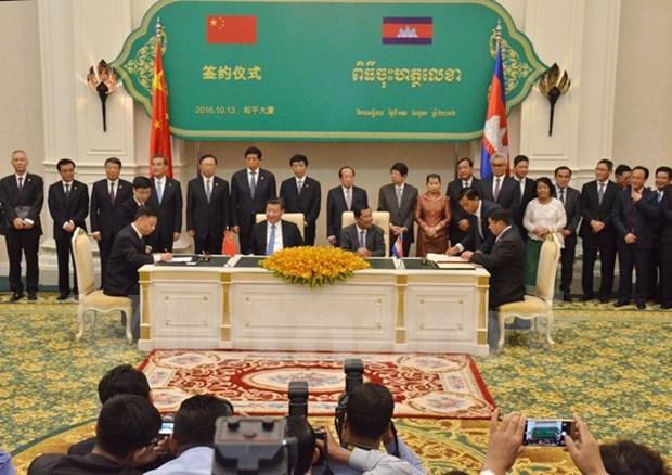 中国与柬埔寨签署31项合作协议 hinh anh 1