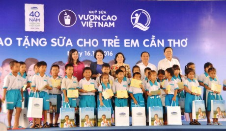 """""""越南长高""""牛奶基金会向芹苴市儿童赠送牛奶 hinh anh 1"""