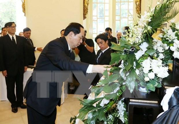 越南国家主席陈大光前往泰国驻越使馆吊唁泰国国王普密蓬逝世 hinh anh 1