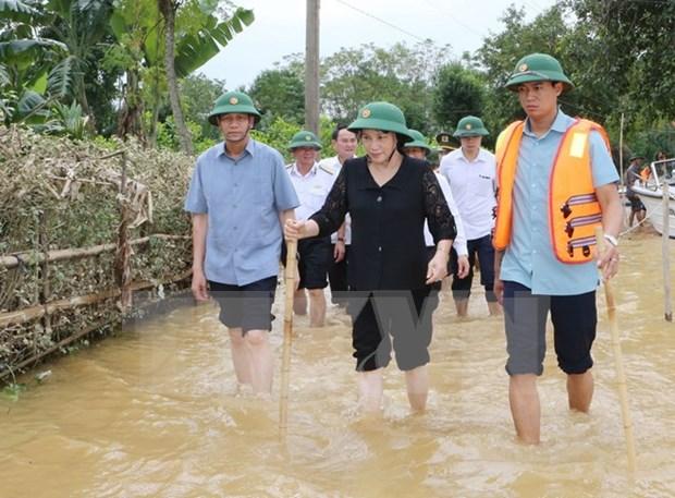 越南国会主席阮氏金银看望河静省暴雨洪灾群众 hinh anh 1