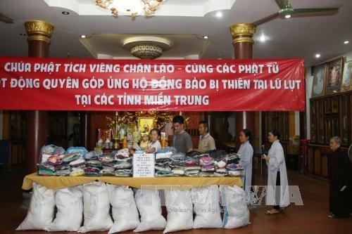 老挝万象佛迹寺佛教信徒捐款帮助越南中部洪水灾民 hinh anh 1