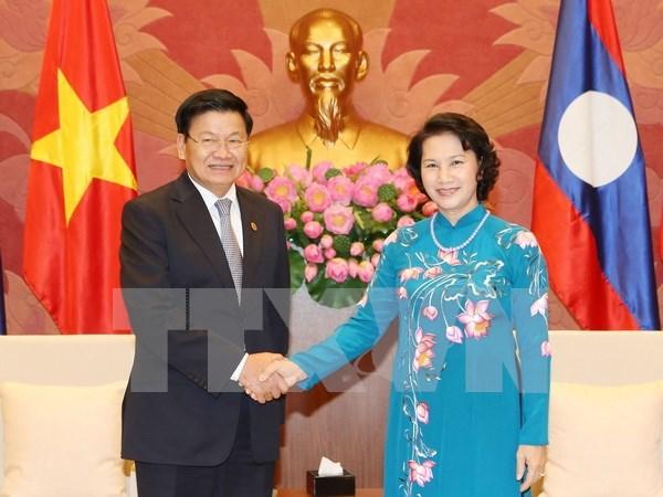 越南国会主席阮氏金银会见老挝总理通论·西苏里 hinh anh 1