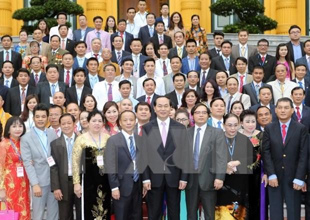 越南国家主席陈大光会见越南典范中小企业代表 hinh anh 1