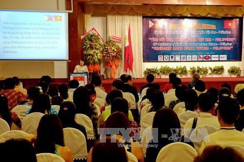 """""""东盟友谊:越南与菲律宾""""文艺交流会在胡志明市举行 hinh anh 1"""