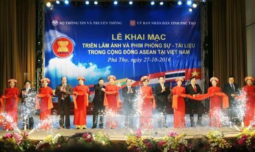 东盟共同体图片及纪录片展在富寿省举行 hinh anh 1