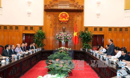 越南政府总理阮春福同越南中小型企业协会进行交谈 hinh anh 1
