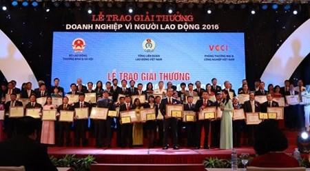 """2016年""""致力于劳动者企业""""奖项颁奖仪式在河内举行 hinh anh 1"""