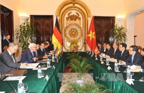 越南副总理兼外长范平明与德国外长施泰因迈尔进行会谈 hinh anh 1