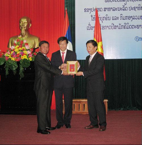 越南广平省志愿军干部和专家荣获老挝人民民主共和国勋章 hinh anh 1