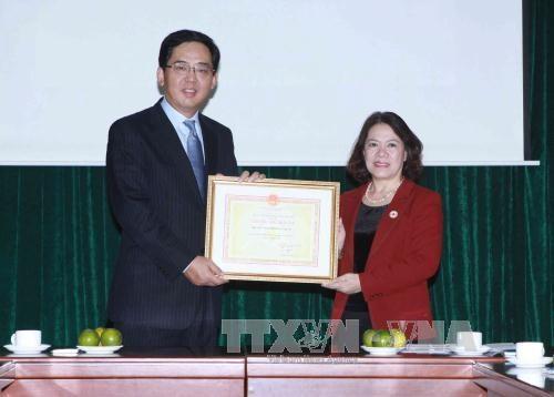中国红十字会向越南中部洪水灾民捐款 hinh anh 1