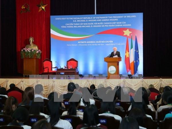 爱尔兰总统麦克·希金斯与河内国家大学干部和大学生交谈 hinh anh 1