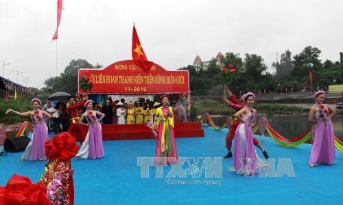 2016越南芒街—中国东兴北仑界河青年对歌联欢在北仑河源头举行 hinh anh 1