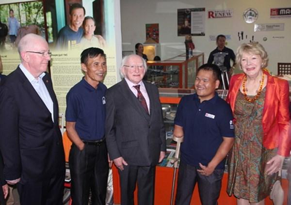 爱尔兰共和国总统麦克·希金斯和夫人访问广治省 hinh anh 1