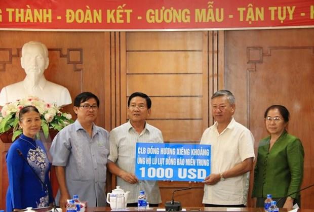旅居老挝越南人为中部灾民捐款 hinh anh 1