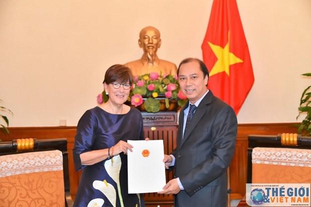越南向比利时驻河内总领事授予领事认证 hinh anh 1