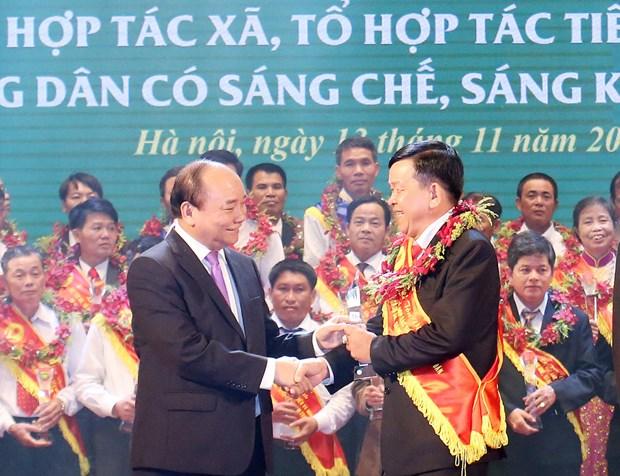 阮春福总理出席先进合作社、合作组及农民表彰大会 hinh anh 1