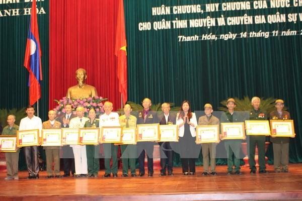 越南清化省130名援老志愿军干部和专家荣获老挝国家勋章 hinh anh 1