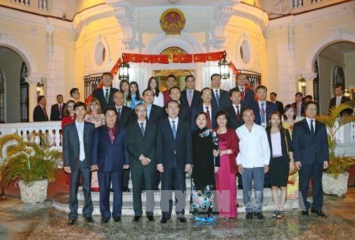 陈大光主席看望越南驻古巴大使馆工作人员、旅古越侨和留学生代表 hinh anh 1
