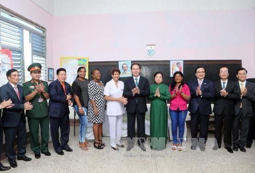 越南国家主席陈大光参观古巴哈瓦那阮文追小学校 hinh anh 2