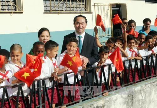 越南国家主席陈大光参观古巴哈瓦那阮文追小学校 hinh anh 1