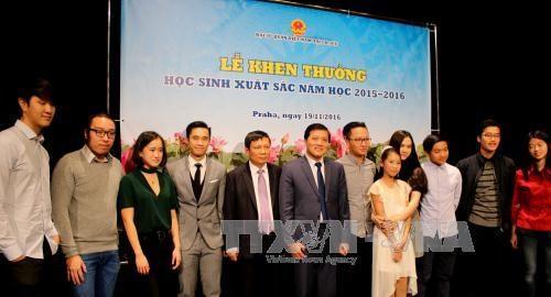 2015-2016学年越南优秀学生表彰大会在捷克举行 hinh anh 1