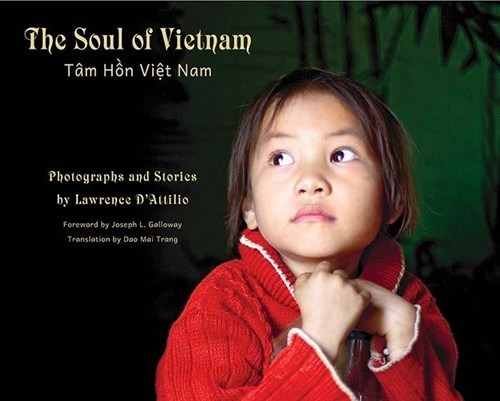 """美国摄影师的""""越南心灵之美""""摄影书亮相河内读者 hinh anh 1"""