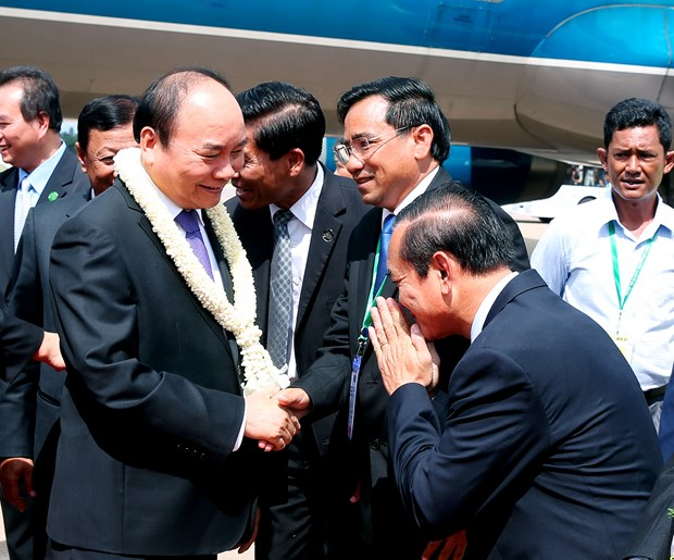 越南政府总理阮春福抵达柬埔寨暹粒机场 开始赴柬出席CLV9之行 hinh anh 1