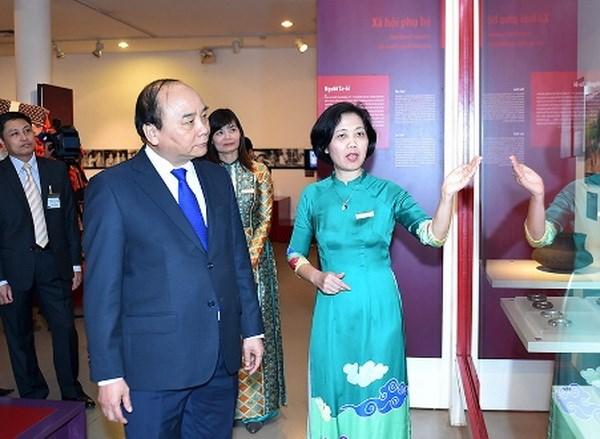 越南政府总理阮春福参观越南妇女博物馆 hinh anh 1