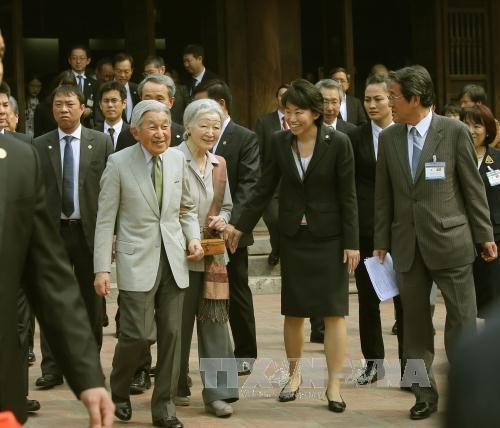 日本天皇明仁和皇后与越南留日往届大学毕业生进行交流 hinh anh 1