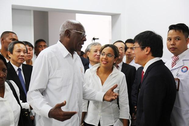 古巴党和政府代表团访问广平省越南古巴友谊医院 hinh anh 1