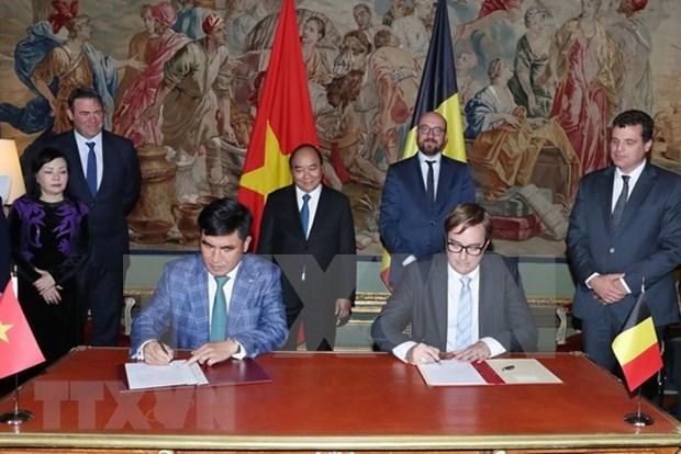 越南政府总理阮春福与比利时首相米歇尔主持联合记者会 hinh anh 1