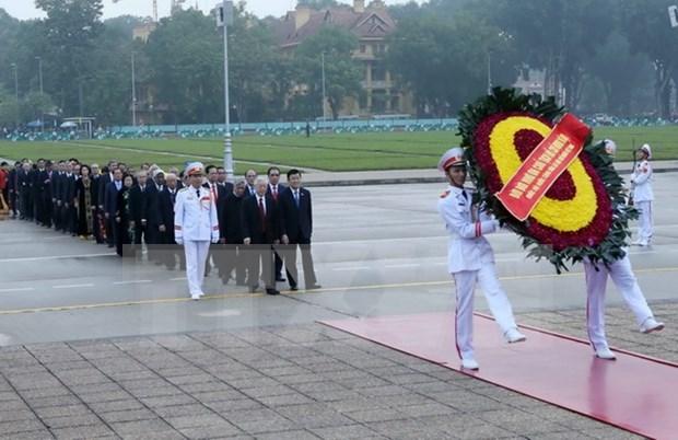 越南党和国家领导人拜谒胡志明主席陵墓 hinh anh 1