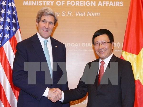 越南政府副总理兼外长范平明同美国国务卿约翰•克里通电话 hinh anh 1