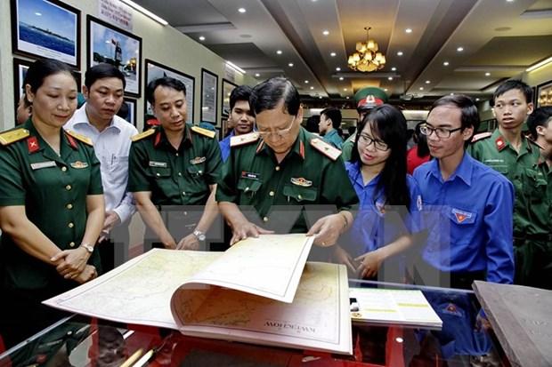 """""""黄沙与长沙归属越南:历史证据与法律依据""""地图资料展在东南部武装力量博物馆开展 hinh anh 1"""