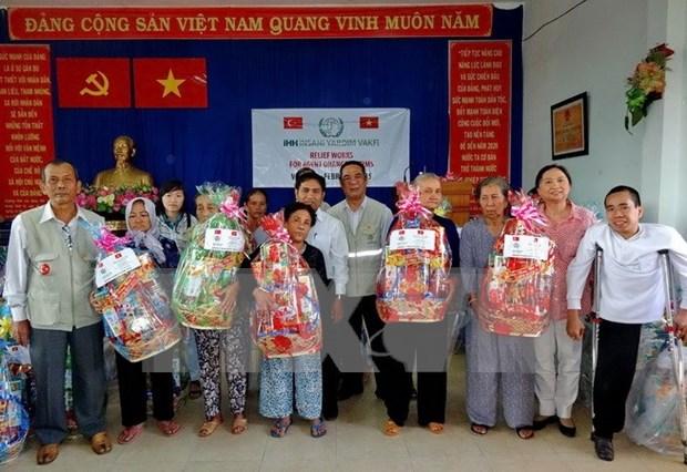越南河内市出资2820多亿越盾向抚恤政策家庭赠送春节礼物 hinh anh 1