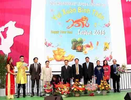 旅德越南人社团向国际友人推介越南传统文化 hinh anh 1