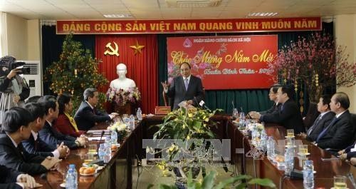 越南党和国家领导向各机构和地方拜年 hinh anh 2