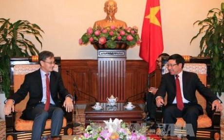 越南政府副总理兼外长范平明会见老挝和新加坡驻越大使 hinh anh 1